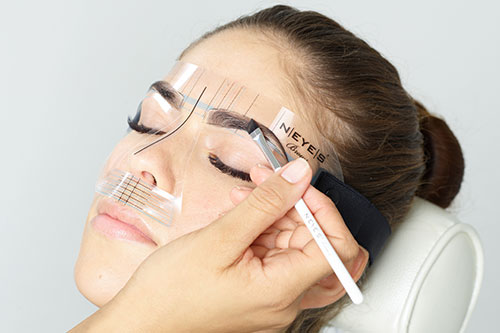 Neyes Augenbrauen nachzeichnen