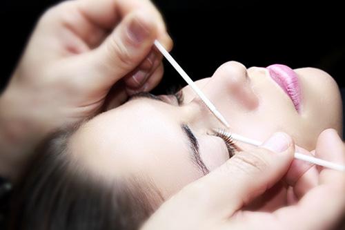 Mascara von Wimpern extensions entfernen